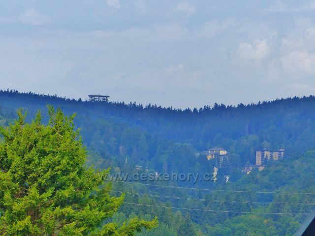 Svoboda nad Úpou - pohled z ulice Sluneční stráň  na Stezku korunami stromů nad Jánskými Lázněmi