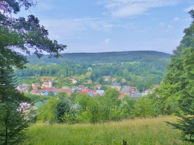Svoboda nad Úpou - pohled na kostel sv.Jana Nepomuckého a horní část města