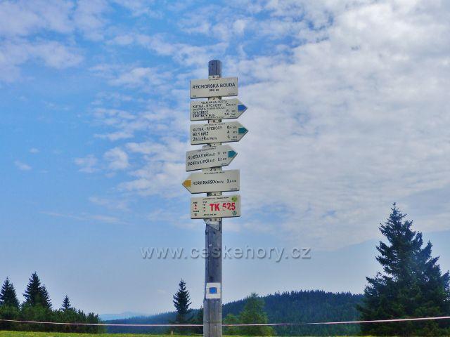 "Rýchory - turistický rozcestník ""Rýchorská bouda 990 m.n.m.""a označení bodu záchrany TK 525"