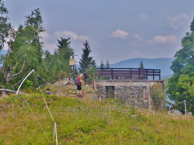 Rýchory - vyhlídková plošina pod vrcholem Kletné je umístěna na základech bývalé Maxovy chaty