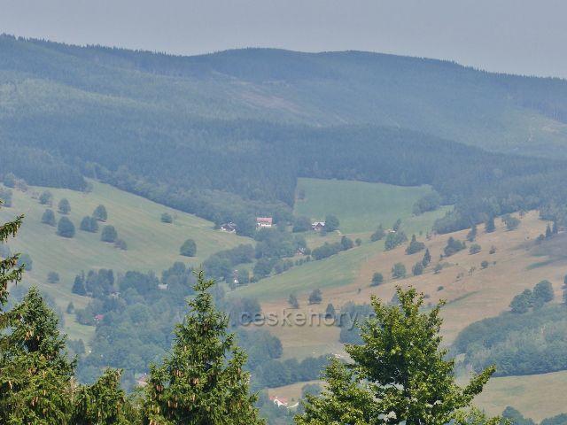 Rychleby - pohled do údolí  z vyhlídkové plošiny u Rychlebské boudy