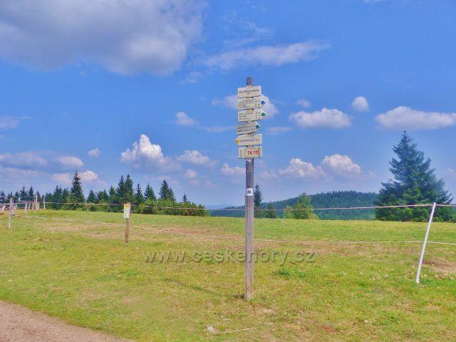 "Rýchory - turistický rozcestník""Rýchorská bouda 990 m.n.m."" a bod záchrany  TK 525"