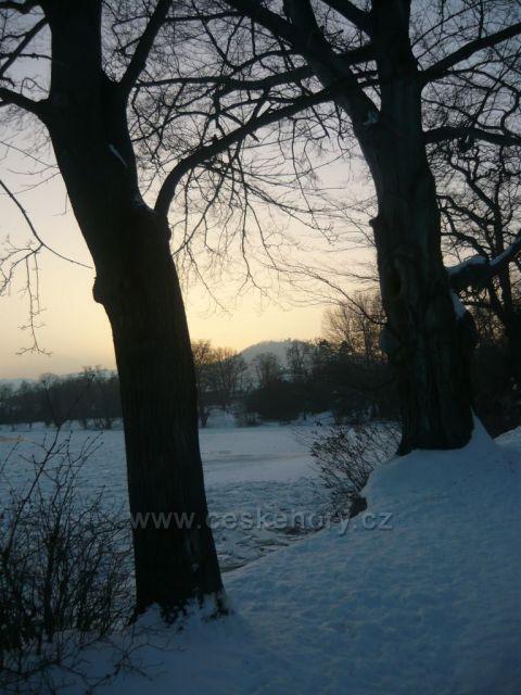 zimní Ohře a pohled na Šumnou u Klášterce nad Ohří