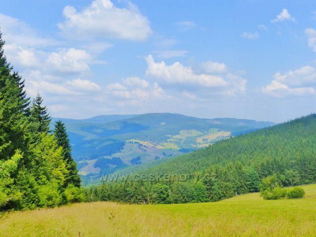 Rýchory - pohled z výhledového místa nad Rýchorským křížem na Lysečinskou horu(1188 m.n.m.)