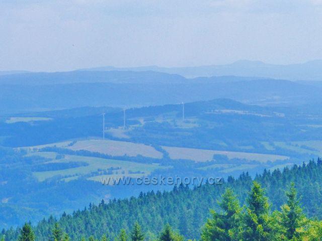 Rýchory - pohled od Sněžných domků k větrným elektrárnám nad Zlatou Olešnicí