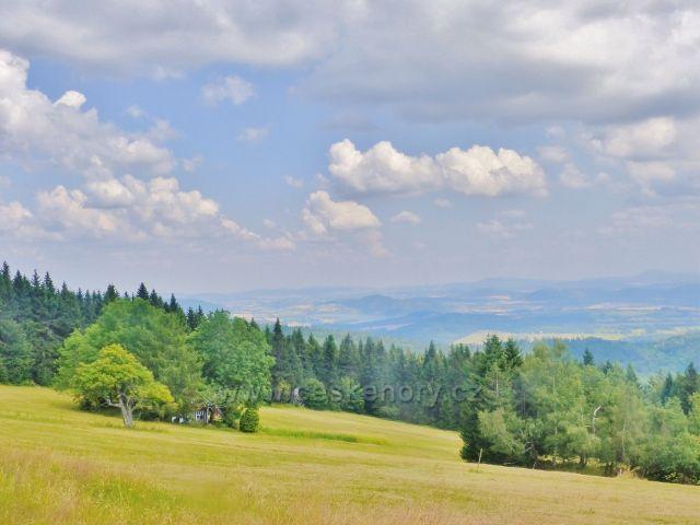 Rýchory - Sněžné domky,pastviny. V pozadí se rýsuje jezero Bukowka v Polsku