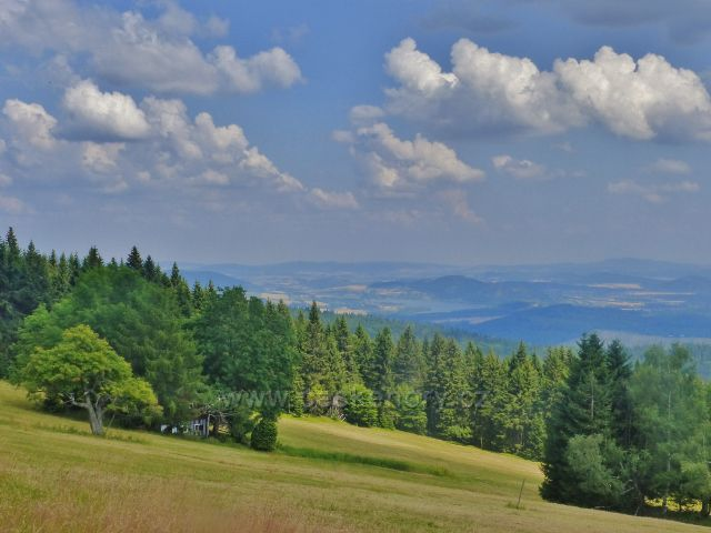 Rýchory - Sněžné domky, pohled přes pastviny na polské území a jezero Bukowka