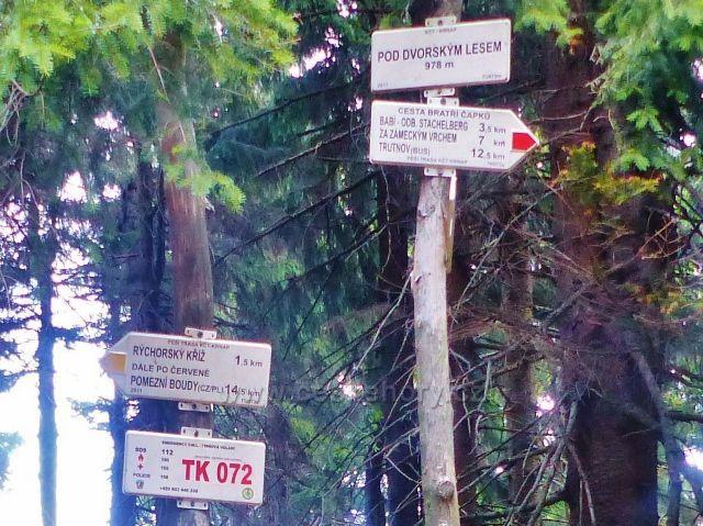 "Rýchory - turistický rozcestník""Pod Dvorským lesem, 978 m.n.m."" a bod záchrany TK 072"