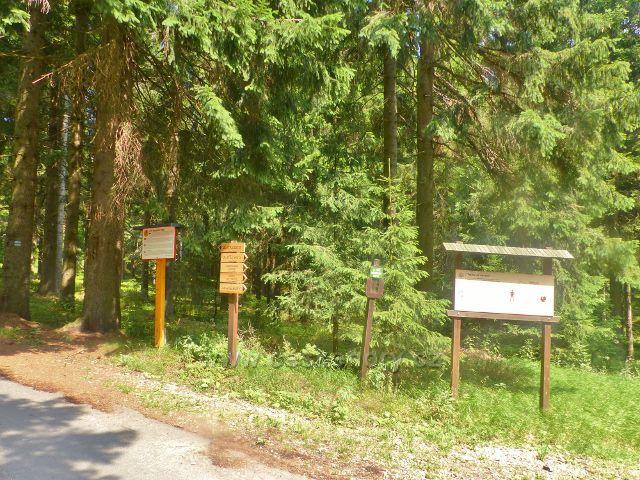 Rýchory - Směrovky na Zlaté cestě a panel Návrat tetřeva u rozcestí nad loveckou chatou Pašovka