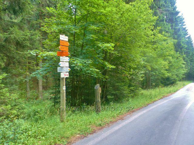 """Rýchory - turistický rozcestník """"Pašovka(lovecká chata) 820 m.n.m."""" a místo záchrany TK 369"""