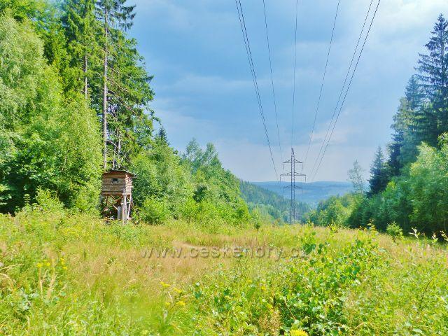 Rýchory - posed pod trasou elektrovodu vysokého napětí , která přetíná cestu po žluté TZ na Sluneční stráň
