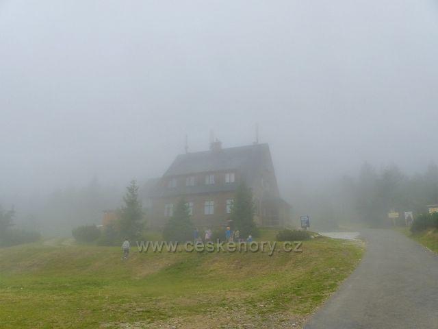 Horní Malá Úpa - chata Jelenka vystupuje z mlhy