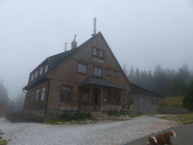 Horní Malá Úpa - z mlhy vystoupila chata Jelenka