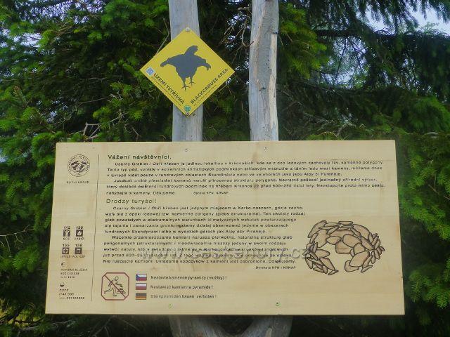 Horní Malá Úpa - informační panel  o zákazu přemisťování kamenů(stavění kamenných mužíků) a označení území výskytu tetřívka u chaty Jelenka