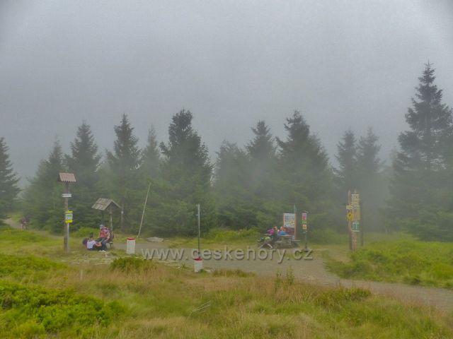 Horní Malá Úpa -mlha v Sovím sedle, celkový pohled na českou i polskou stranu sedla