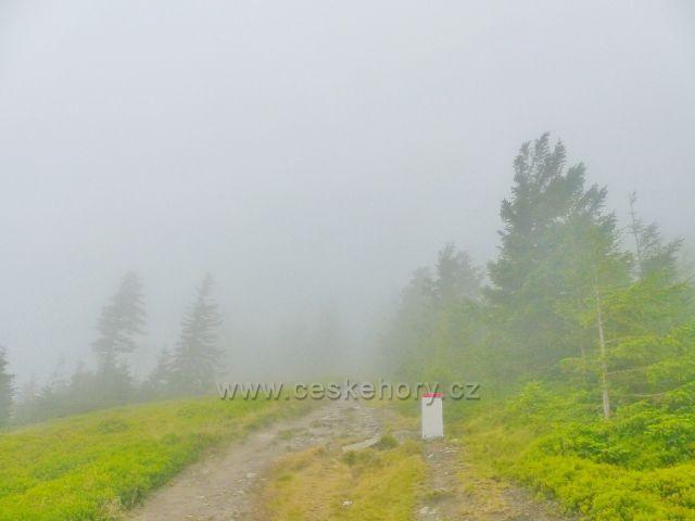 Horní Malá Úpa - hřebenovou stezku po modré TZ k vrcholu Tabule lemují hraniční mezníky