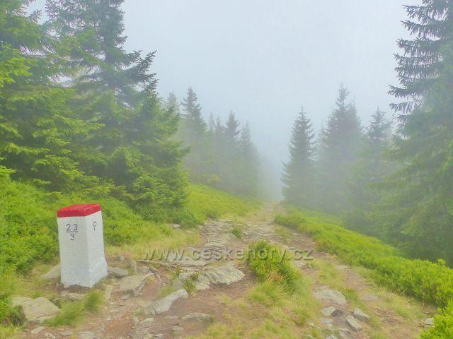 Horní Malá Úpa - hraniční mezník na stezce k vrcholu Tabule