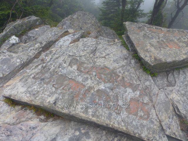 Horní Malá Úpa - staré nápisy na skalnatém vrcholu Tabule