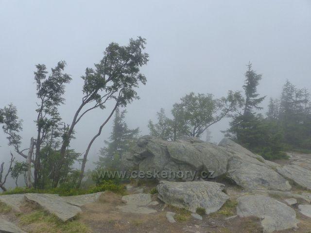 Horní Malá Úpa - mlha kolem skalnatého vrcholu Tabule