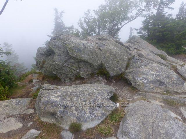 Horní Malá Úpa - vytesané nápisy do skály na vyhlídkovém vrcholu Tabule