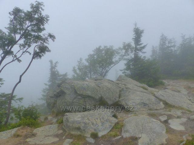 Horní Malá Úpa - pohled do mlhy ze skalnatého vrcholu Tabule