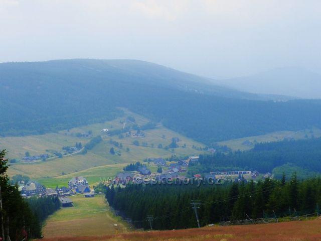 Horní Malá Úpa - pohled do údolí potoka Černá voda a na protilehlý Pomezní hřeben s vrchem Lysočina (1188 m.n.m.)