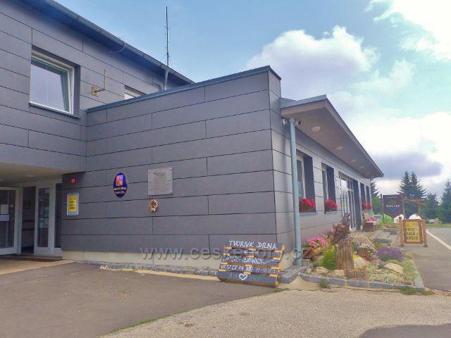 Horní Malá Úpa - pamětní deska u vchodu do budovy Obecního úřadu