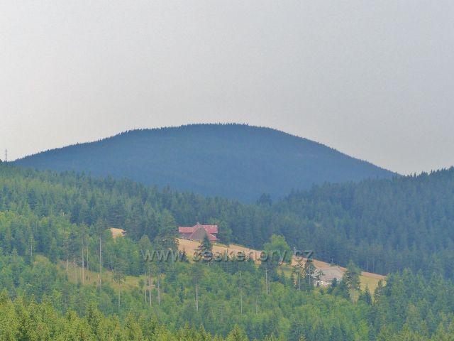 Horní Malá Úpa - Pohled ze Žluté cesty na Kraví horu(1071 m.n.m.), v popředí vykukují Rottrovy boudy