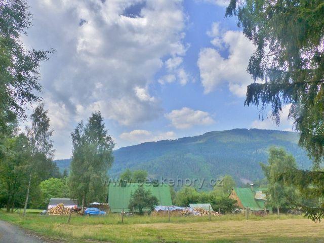 Horní Maršov - pohled na lokalitu Staré Hory. V pozadí je vrch Světlá(1244 m.n.m.)