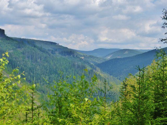 Horní Maršov - pohled na horské hřebeny nad údolím Malé Úpy