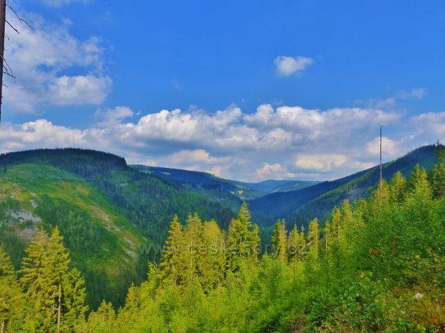 Horní Maršov - pohled na vrcholky lemující údolí  Malé Úpy