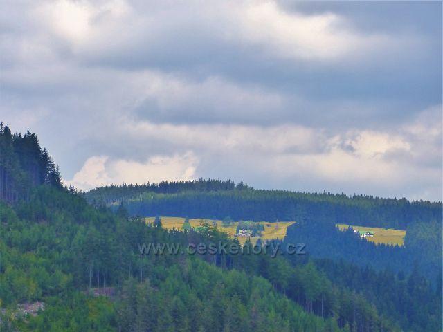 Horní Maršov - pohled z Eminny cesty na chalupy na Pěnkavčím vrchu