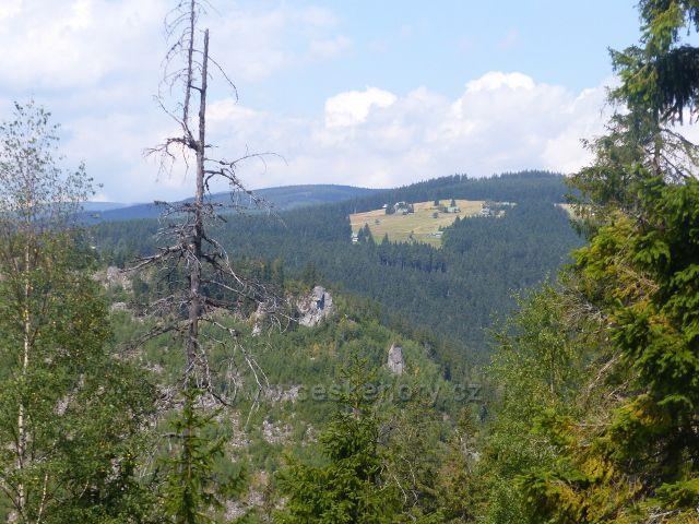 Horní Maršov - skalisko na úbočí protějšího Červeného vrchu. V pozadí Janovy Boudy