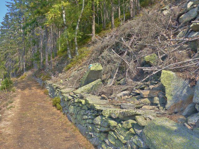 Horní Maršov - kamenná zídka na vyhlídkovém místě na Emmině cestě