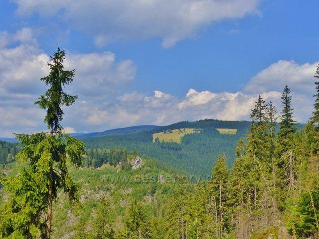Horní Maršov - pohled ke skaliskům na protější straně údolí Malé Úpy