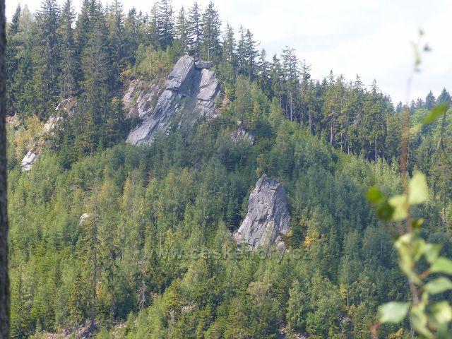 Horní Maršov - skalní výchozy na úbočí protějšího Červeného vrchu