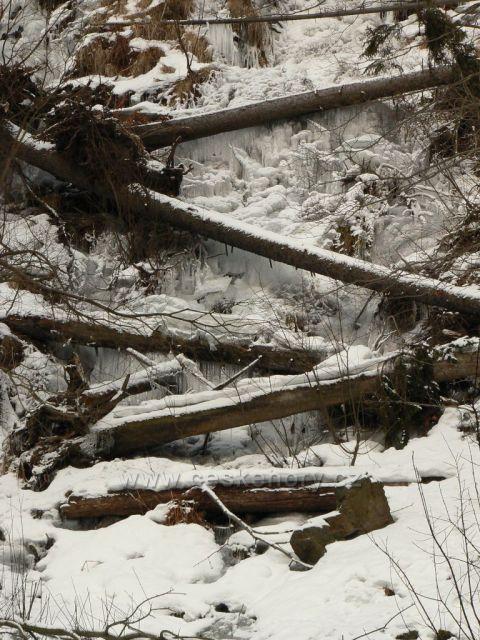 Zmrzlý umělý vodopád v Karlově Studánce