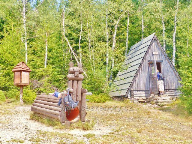 Horní Maršov - turistický přístřešek v areálu Cestník