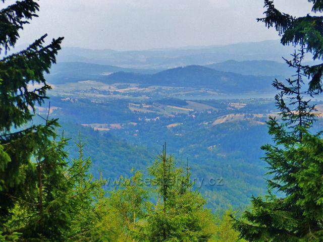 Horní Maršov - průhled z úbočí Lysečinské hory k Bukowskému jezeru v polském podhůří Krkonoš