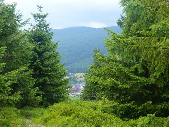 Malá Úpa - průhled z úbočí Lysečinské hory k penzionu  Bouda v Horní Malé Úpě