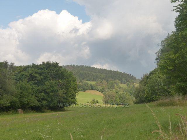 Žacléř - pohled z Cesty bratří Čapků nad Prkenným Dolem ke kopci Vrchy (716 m.n.m.)