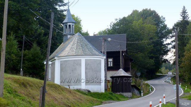 Kaple Navštívení Panny Marie, vedle zakrytá studna