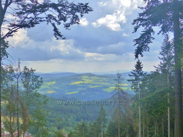"""Žacléř - pohled z """"Výhledů"""" z úbočí Horního lesa k větrným elektrárnám nad Zlatou Olešnicí"""