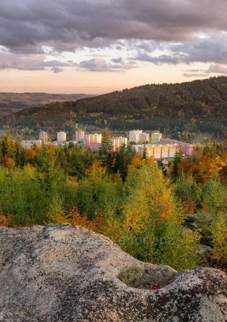 Pohled na Tanvald v podzimních barvách.