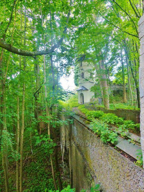 Žacléř - přístupová cesta k žacléřskému zámku v nepřístupném zámeckém areálu