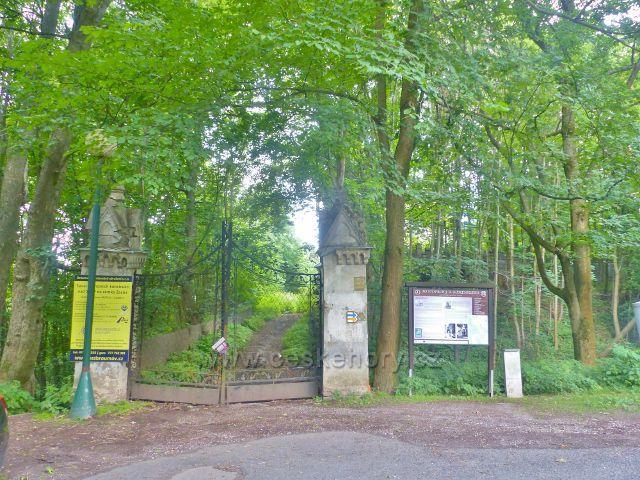 Žacléř - zamčená brána u zdevastované přístupové cesty k žacléřskému zámku