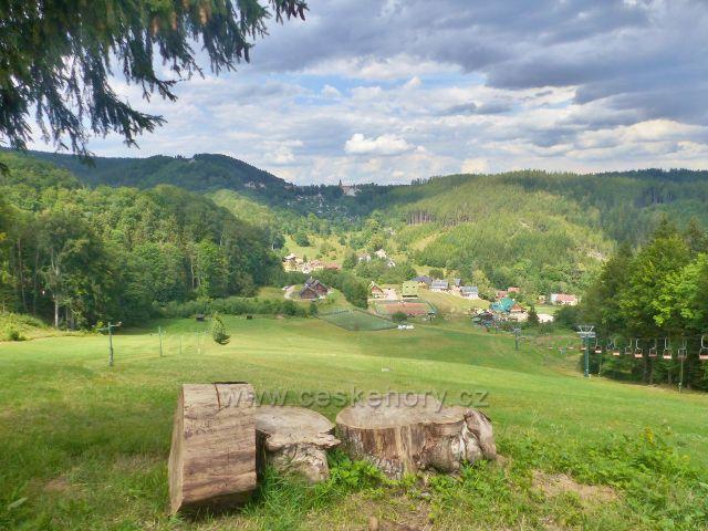 Žacléř - pohled ze silnice ke Stachelbergu přes sjezdovku v Prkenném Dolu k Žacléři