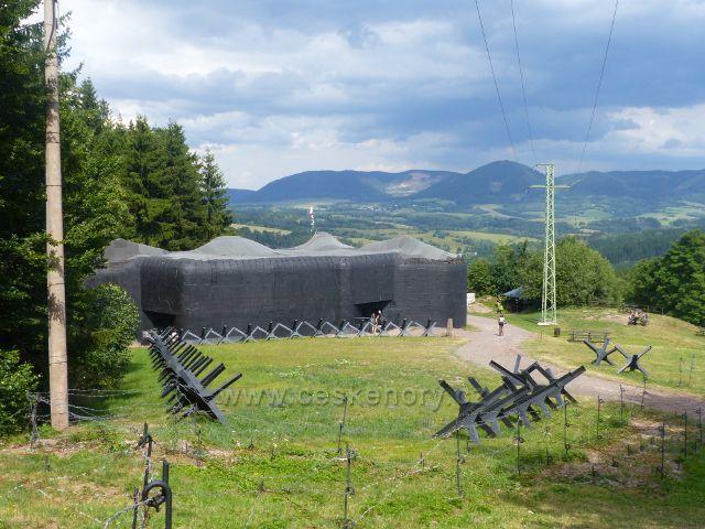 Žacléř - dělostřelecká tvrz Stachelberg. V pozadí Vraní hory s Královeckým Špičákem