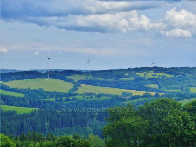 Žacléř - větrné elektrárny nad Zlatou Olešnicí lze spatřit od dělostřelecké tvrze Stachelberg