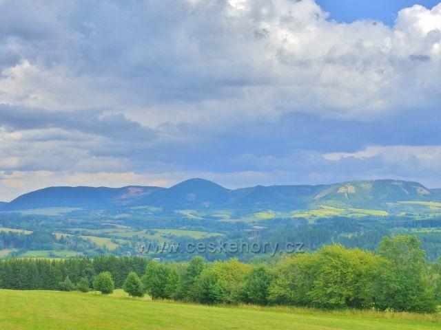 """Žacléř - od rozhledny Eliška je vidět pásmo Vraních hor s Královeckým Špičákem uprostřed  """"jako na dlani"""""""